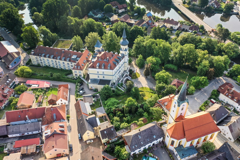 Luftbild Schloss Schwarzenfeld und Kirche